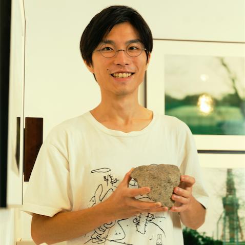 岩崎さん、企業オフィス内にて「追憶の綴」を展示